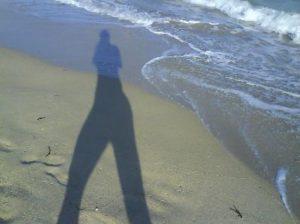 går på stranden