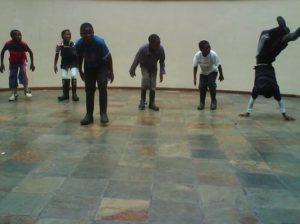 barnen dansar och har uppvisning