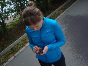 Susanne klickar fram ett träningsprogram