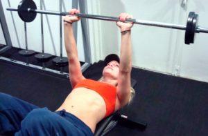 Tricepspress med stång startposition
