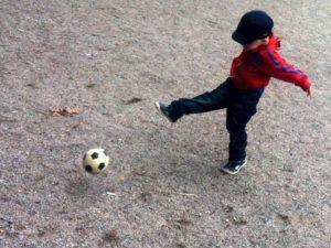 Vidar sparkar fotboll