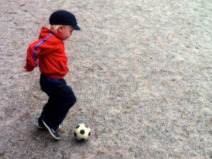 Vidar sparkar fotbollen