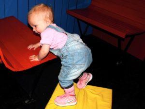 Tyra leker i lekrummet på Sveriges Järnvägsmuseum