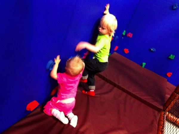 Vidar och Tyra klättrar