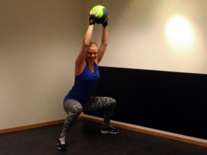 Spänn magmusklerna och lyft upp bollen