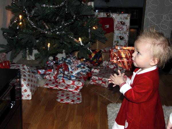 Tyra tittar på kalles jul