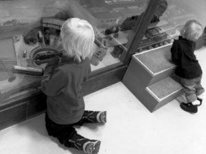 Vidar och Tyra kollar in leksaker