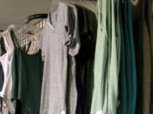 grå tee grönt linne