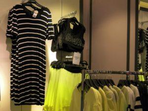 svart snygg randig klänning
