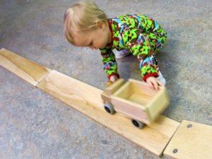 Tyra leker med bilbanan