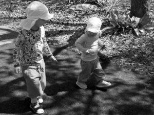 Vidar och Tyra promenerar och letar djur
