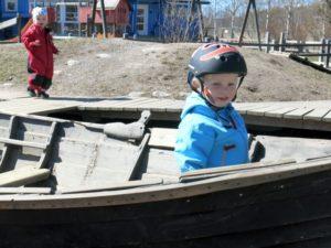leker i en träbåt