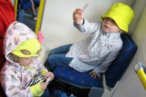 Tyra och Vidar på tåget