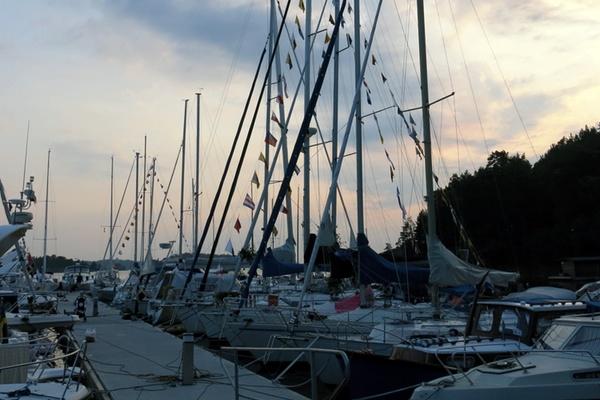 Grinda och segelbåtar