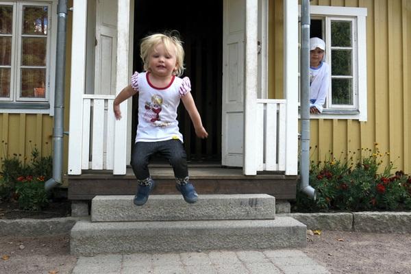 Tyra och Vidar i ett litet hus
