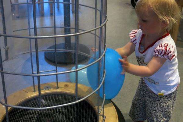 Tyra leker med ballonguppskjutaren