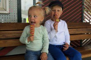 Titta på tåg och äta glass