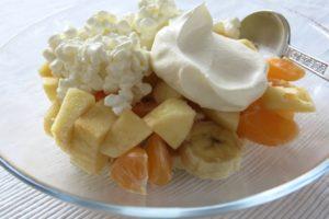 Fruktsallad med keso och vispgrädde