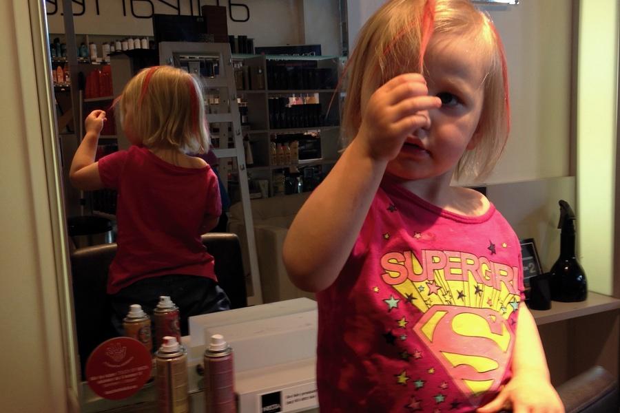Tyra klipper sig och färgar håret