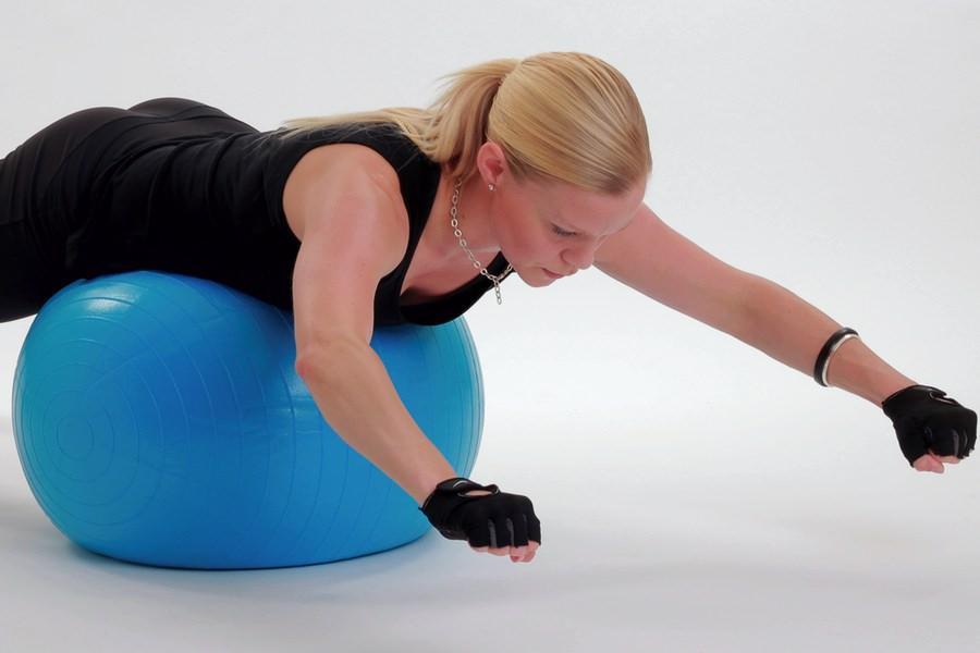 Jag gör rygglyft med rodd på en träningsboll