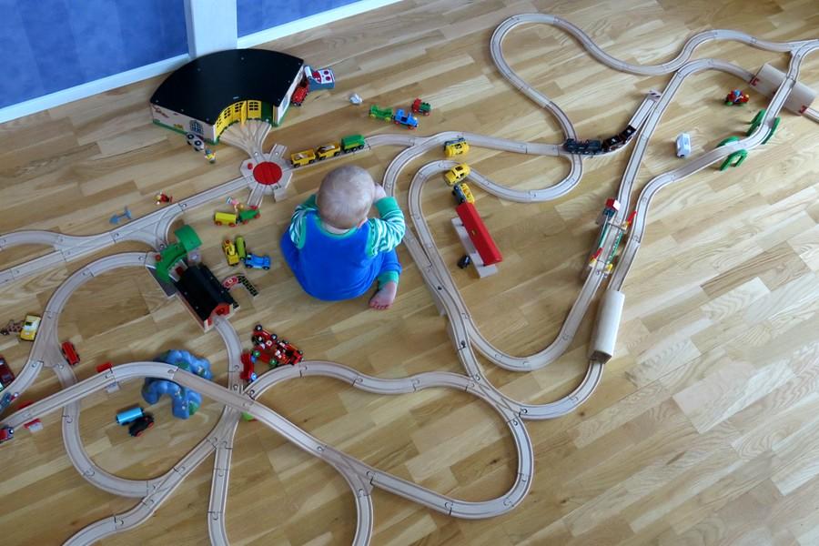 Arvid leker med tågbanan