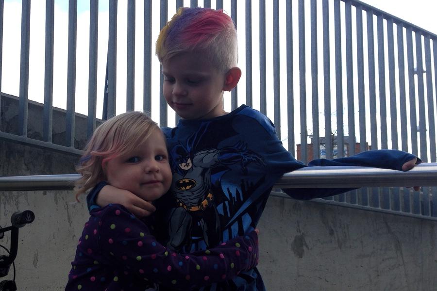 Tyra och Vidar barnklippning Nikita kramas