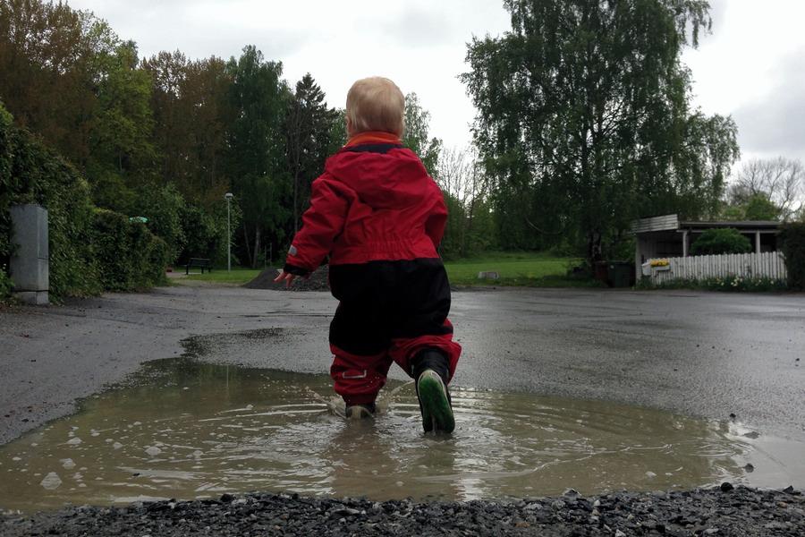 Arvid leker i vattenpölen