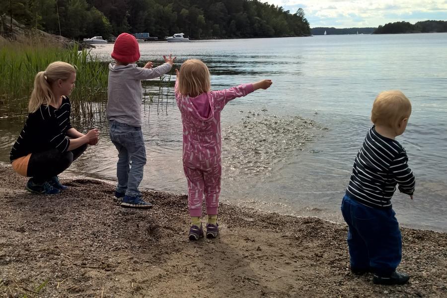 Oj vad kul att kasta stenar vid stranden på Grinda