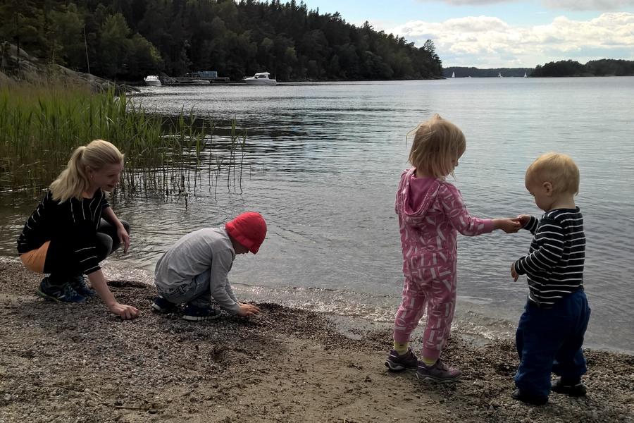 vi kastar stenar på stranden på Grinda