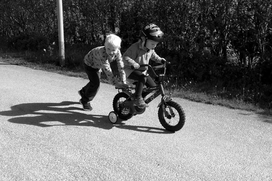 Vidar hjälper Tyra att lära sig cykla