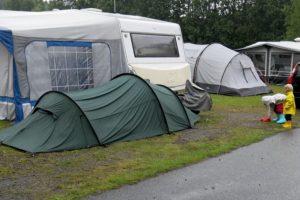 En natt i ett tält på en camping