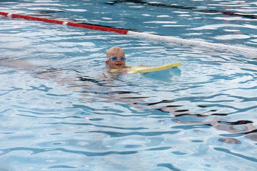 Vidar simmar med grodan