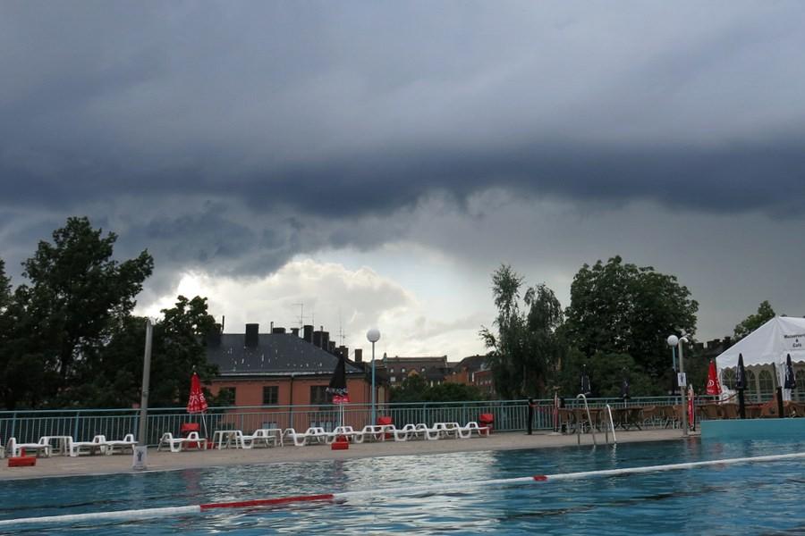 Svarta mörka moln på himlen