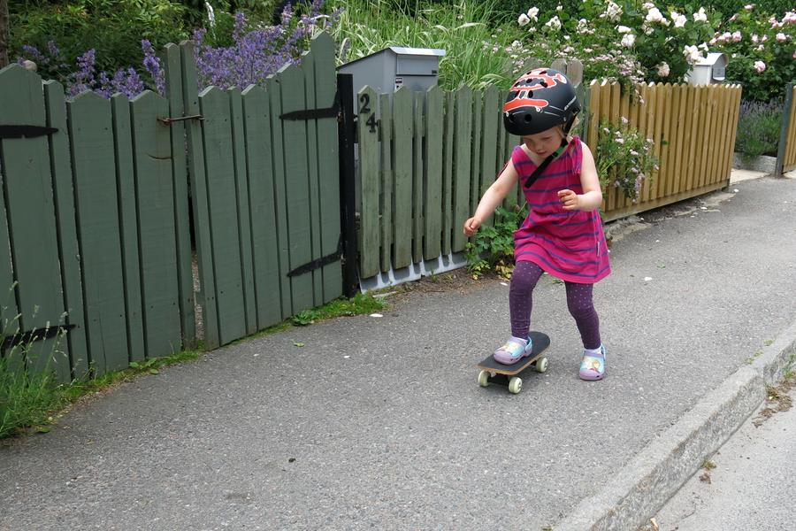 Tyra kör skateboard