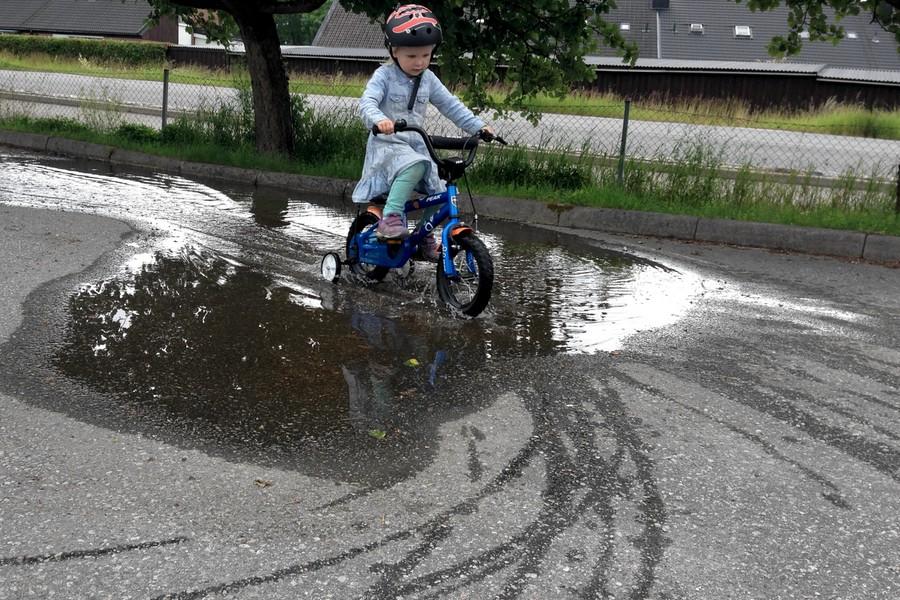 Tyra cyklar i vattenpölen
