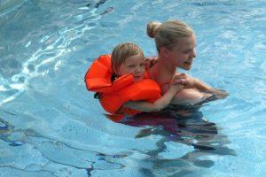 Livräddningstema på barnens simskola