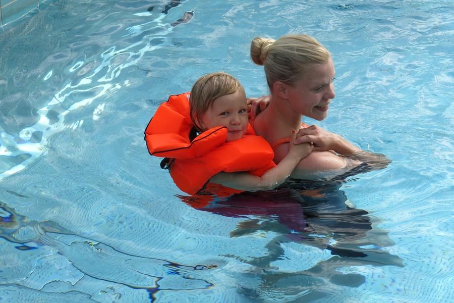 Tyra simmar med flytväst