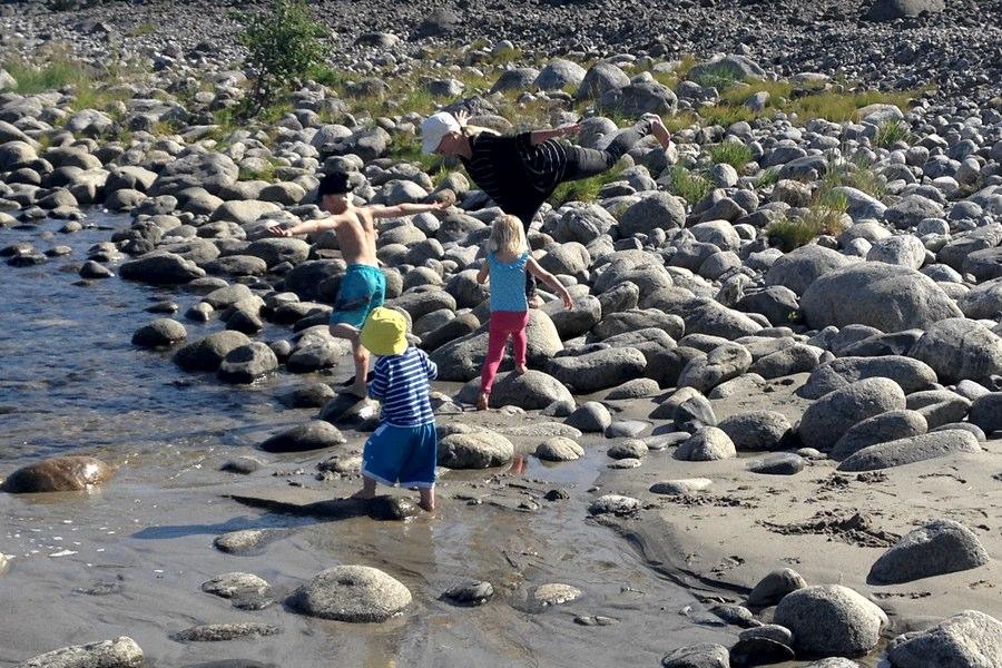 Leker bland stenarna