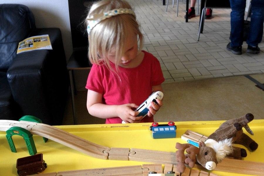 Tyra leker på Sveriges Järnägsmuseum