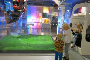 Alla gillar grävskopesimulatorn på Tekniska Museet