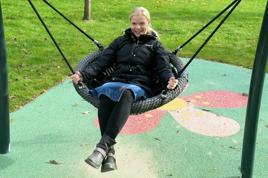 Jag gungar i en gunga i en lekpark i Uppsala