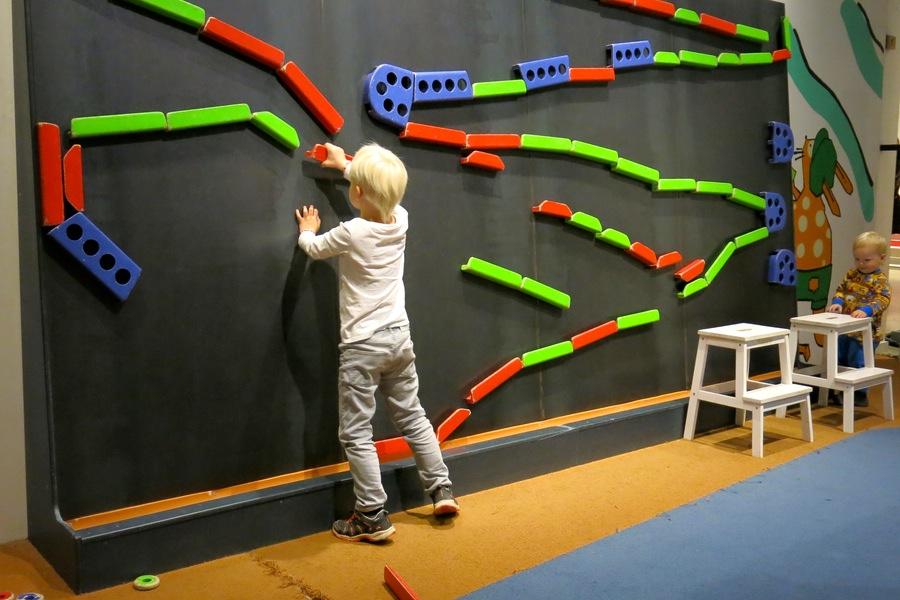 Vidar bygger rolig bana på väggen
