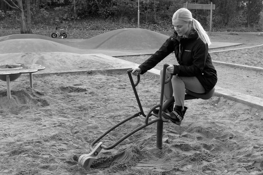 Jag leker med grävskopan i sandlådan på lekparken vid Kottvägen