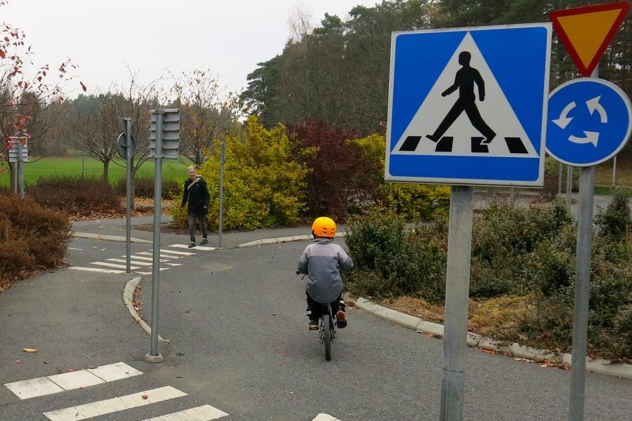 Trafiklekplatsen i Täby med rondell och trafikmärken