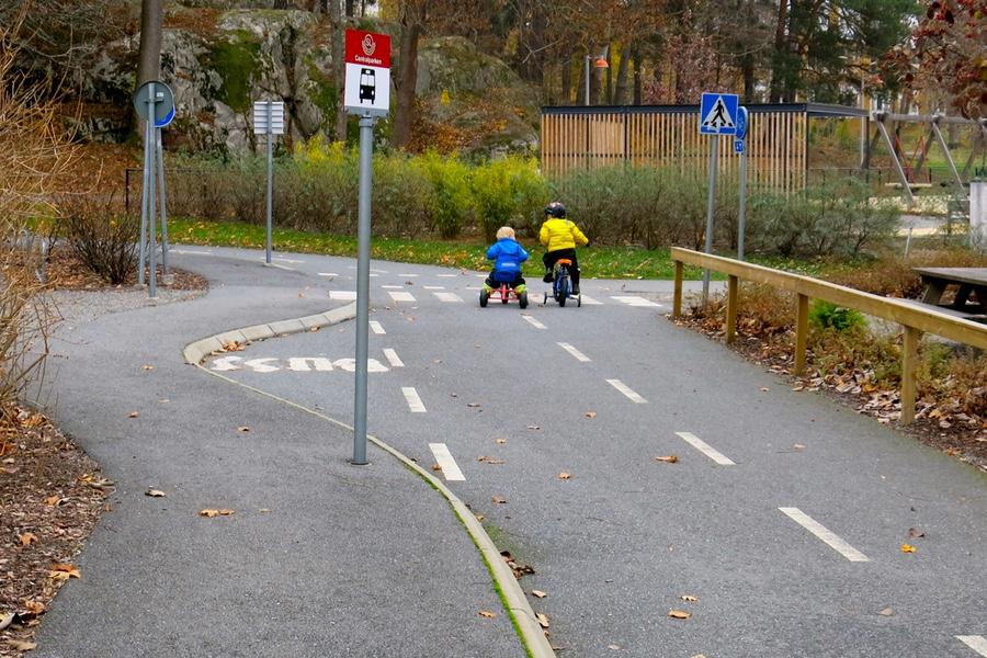 lekplats med vägar att cykla på för barn