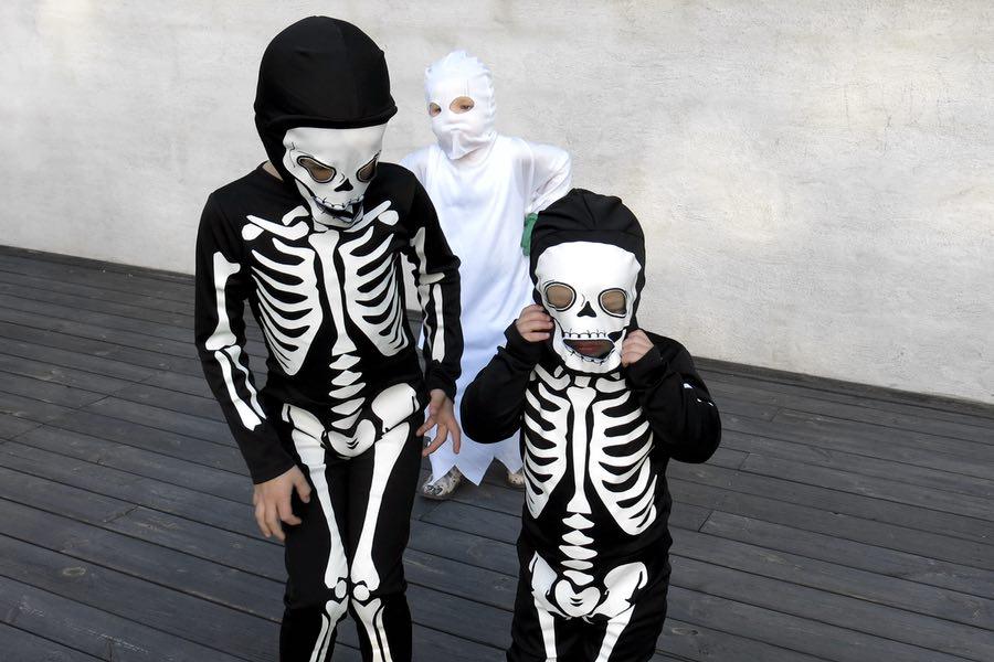 läskig söt liten trio som ska iväg på bus eller godis