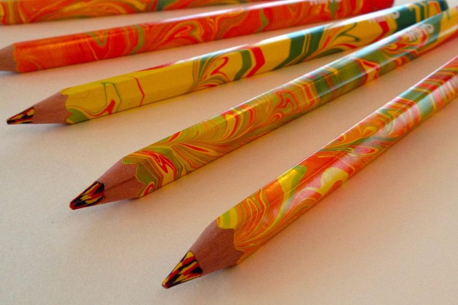 Färgglada pennor att dekorera bordet med