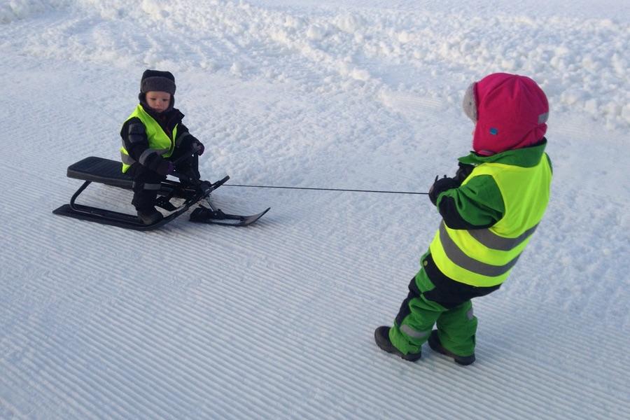 Tyra drar Arvid på snow racern