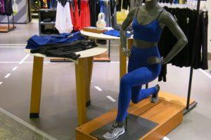 Nikes skyltdocka gör utfall i marinblått