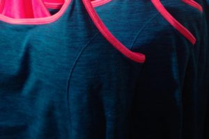 snyggt linne i blått med rosa kanter